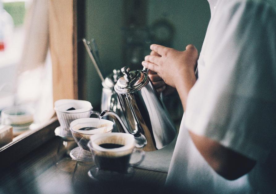 コーヒーをドリップしている