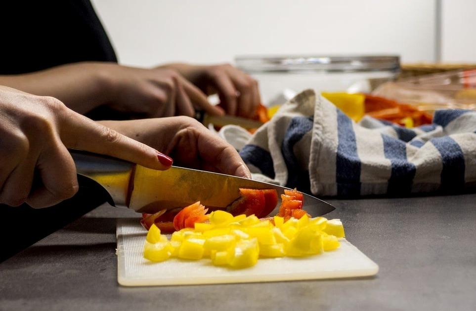 包丁で野菜を切っている