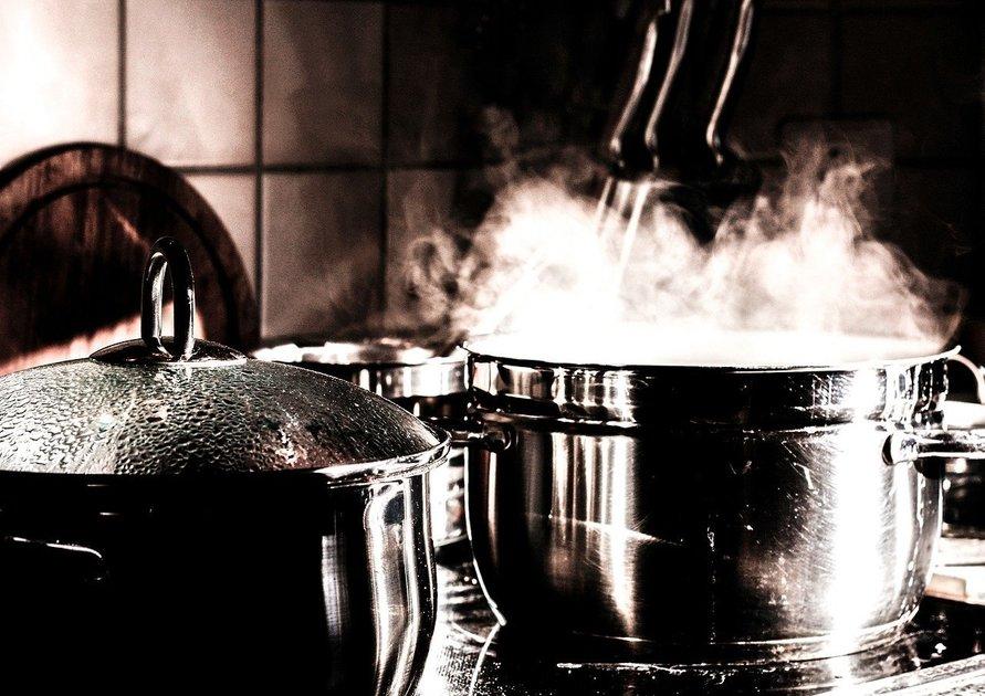 沸騰して湯気が出ている鍋