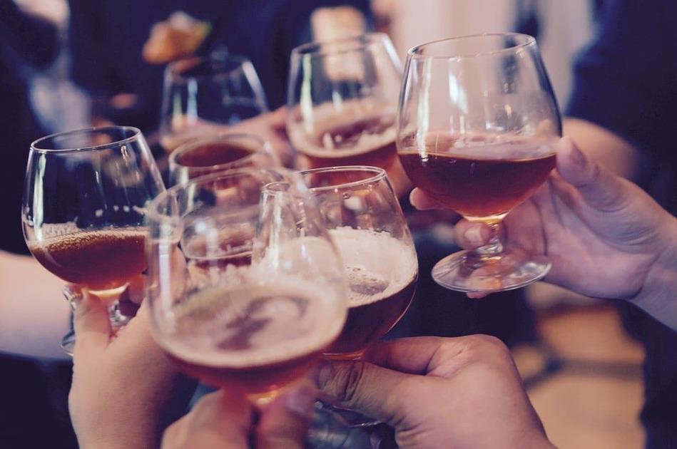 ビールで乾杯している