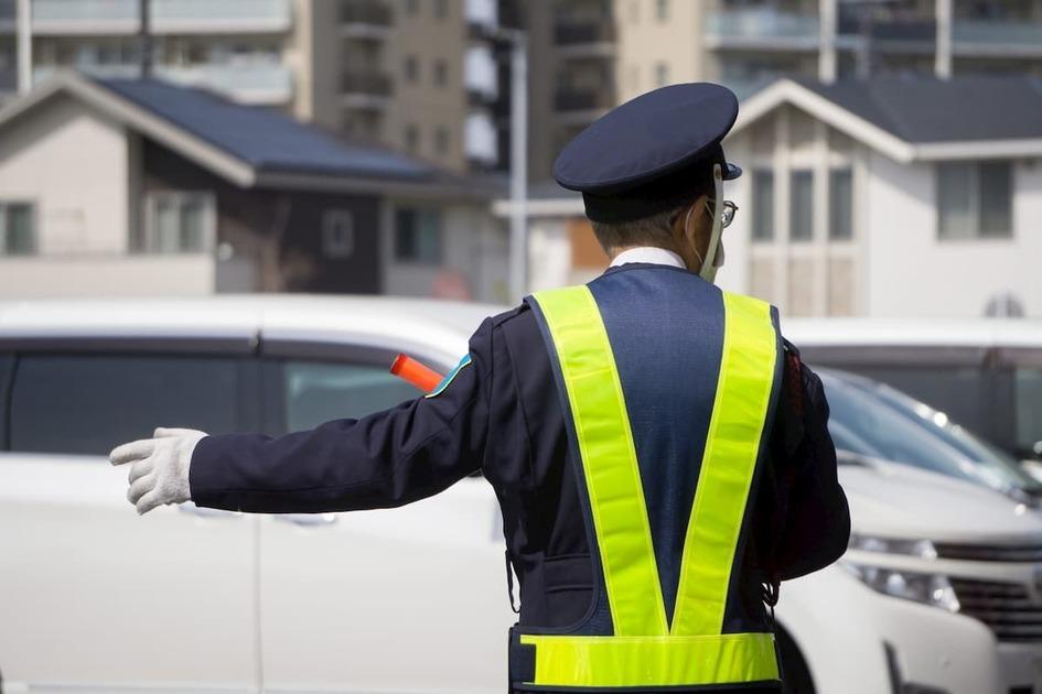 車を誘導している警備員