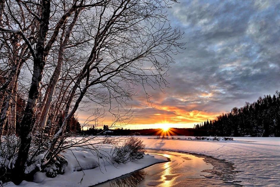 雪原に昇る太陽