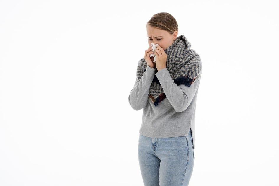 鼻をかんでいる女性