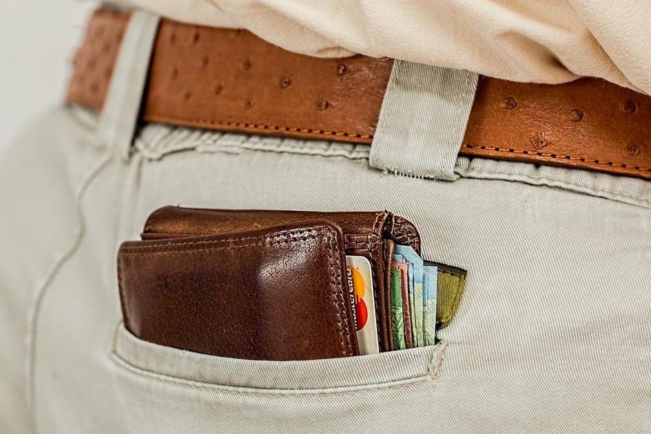 ポケットに財布が入っている