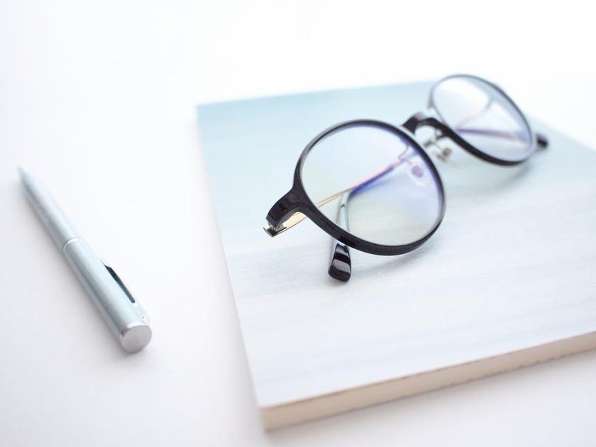 メガネとペンとメモ帳