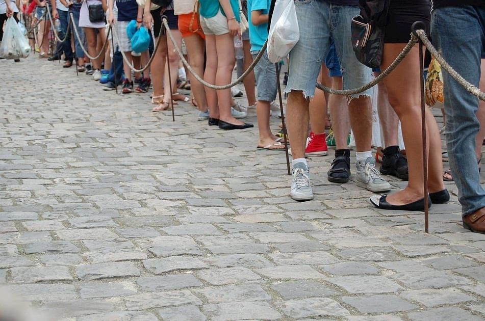 人が列になって並んでいる