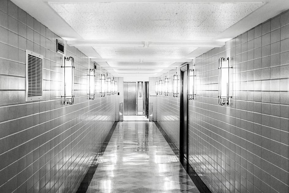 白黒の廊下