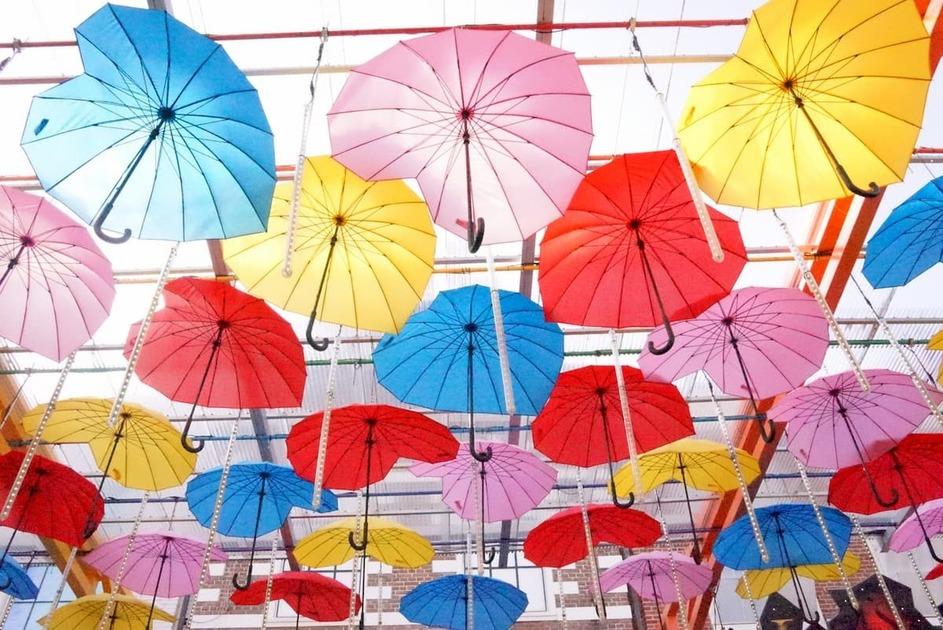 カラフルな傘が天井に飾ってある