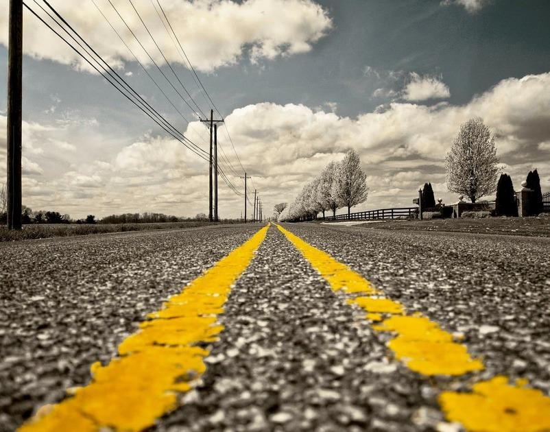 道路に黄色い線が二本引いてある