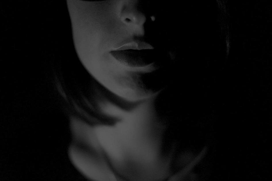暗い場所での女性の口元