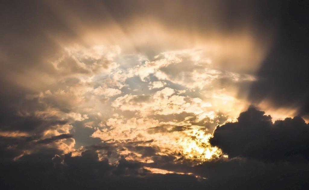 雲の奥で輝く太陽
