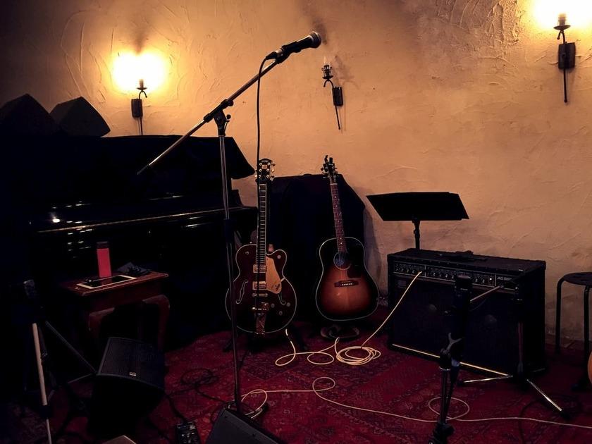 ピアノやギターが置いてあるレストランのステージ
