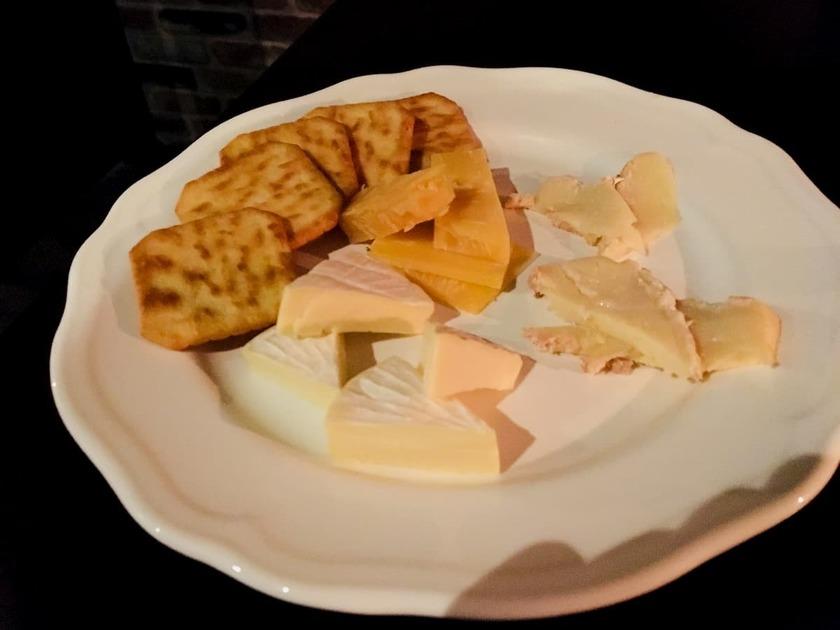 バーのチーズ盛り合わせ