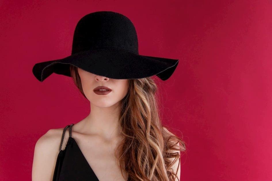 黒い帽子をかぶった女性