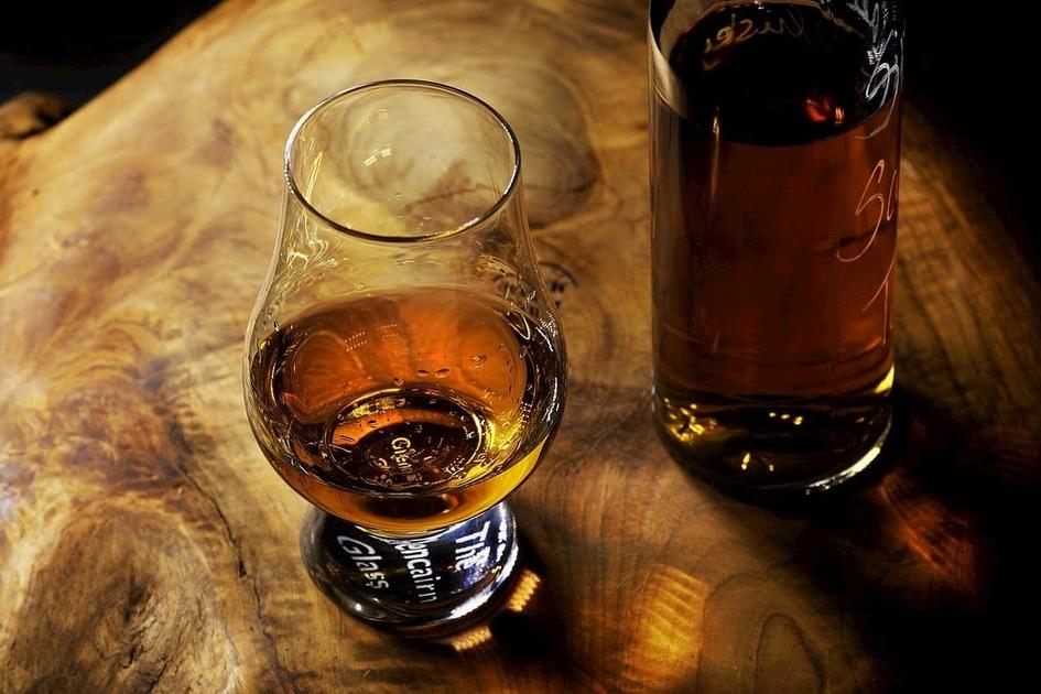 ウイスキーとテイスティンググラス