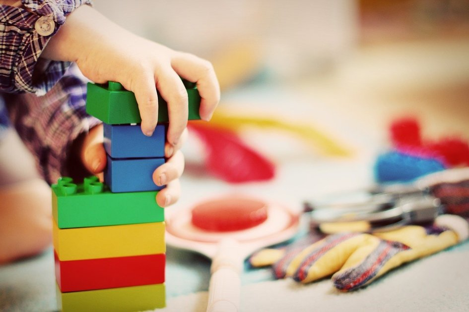 積み木をしている子供の手